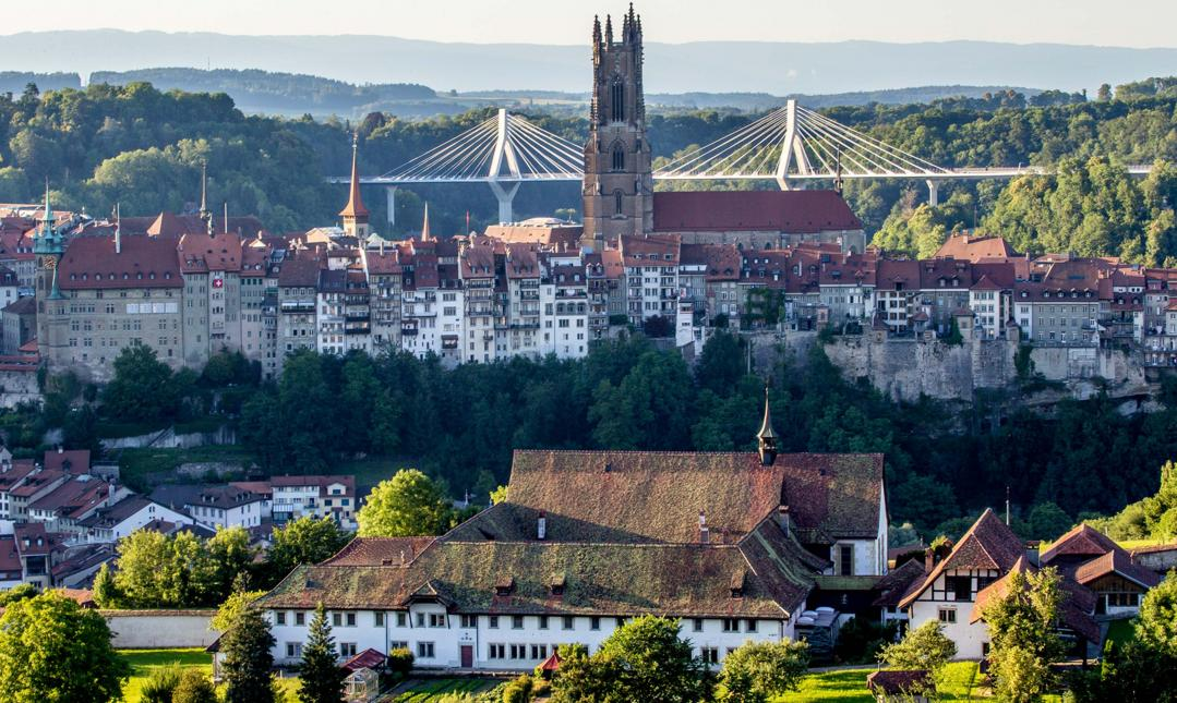 Before entering the heart of this dynamic city, known as a Mecca for fine food enthusiasts, this route offers you a chance to admire Fribourg from the new Poya Bridge, with its futuristic architecture. With such a view, it's impossible to resist the desire to find out more and visit every corner of this mediaeval town.