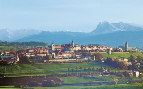 From Fribourg, follow in the footsteps of the pilgrims of St-Jacques de Compostelle to Romont, the Swiss capital of stained glass windows and glass. Here, in the Glâne region, you'll find out how this town made a name for itself in this delicate craft.